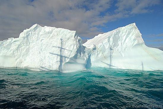 Uit: 'Cold – Sailing to Antarctica' (Oost West Thijs Best, 2007)